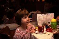 mała dziewczynka przy stole