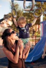 Mama z dzieckiem na placu zabaw